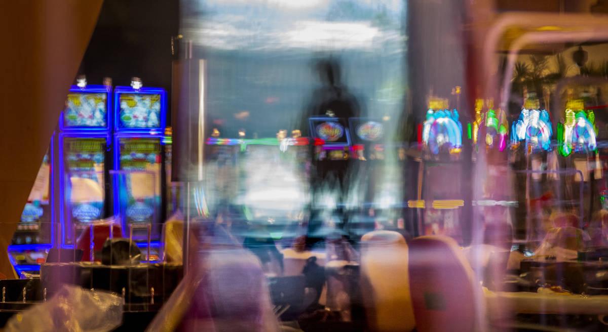 Mucho plexiglás mantendrá a los visitantes separados entre las máquinas y los juegos de mesa ...