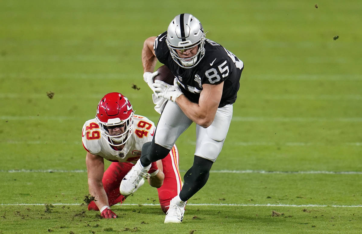 El tight end de los Raiders de Las Vegas, Derek Carrier #85, corre después de atrapar un pase ...