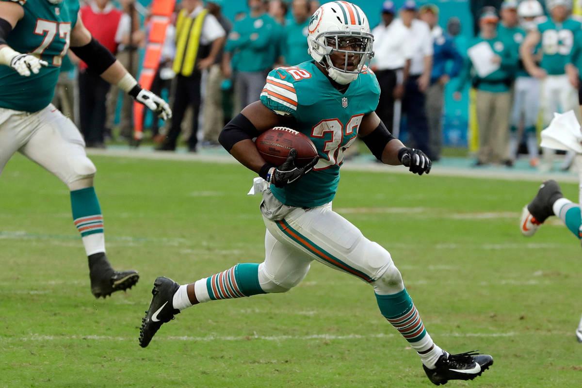 El running back de los Miami Dolphins, Kenyan Drake (32), corre para un touchdown durante la se ...