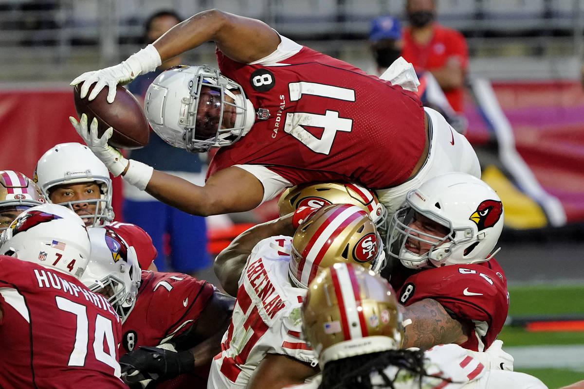 El running back de los Arizona Cardinals, Kenyan Drake (41), se lanza sobre la línea para un t ...