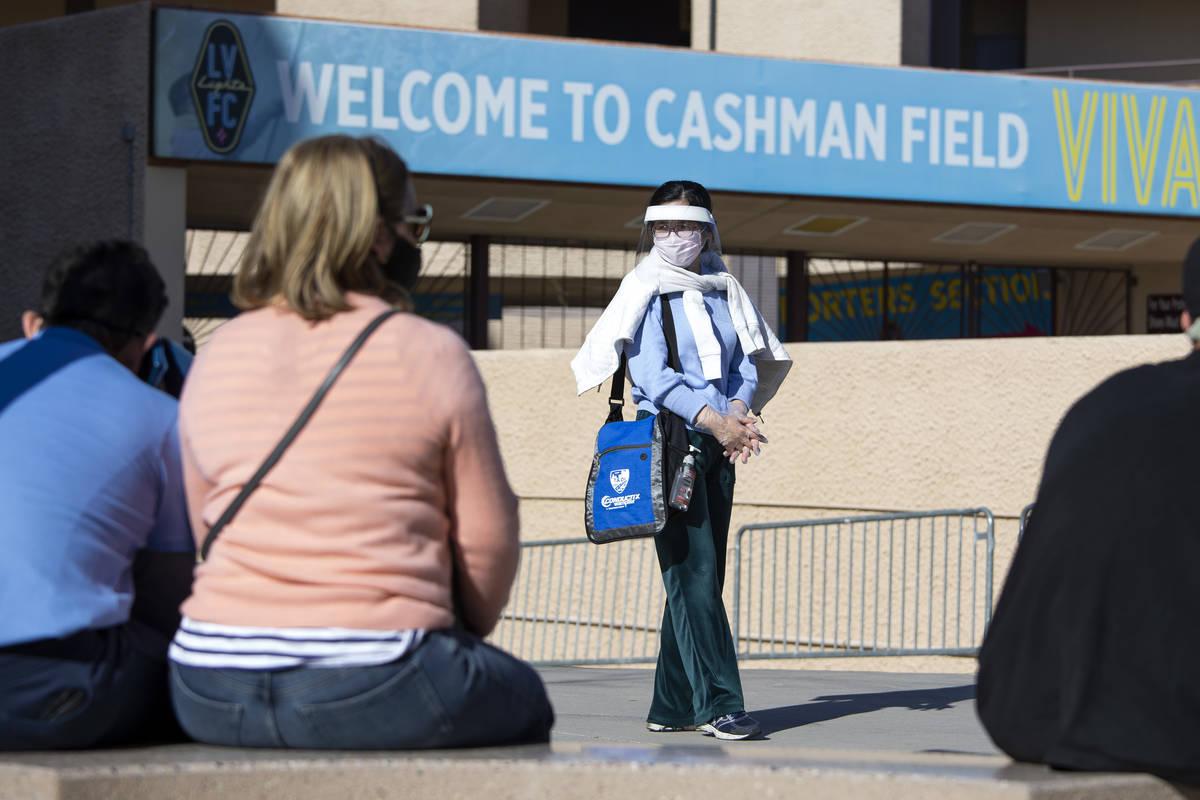 La gente espera ser llamada de una lista de espera para una vacuna contra COVID-19 en Cashman F ...