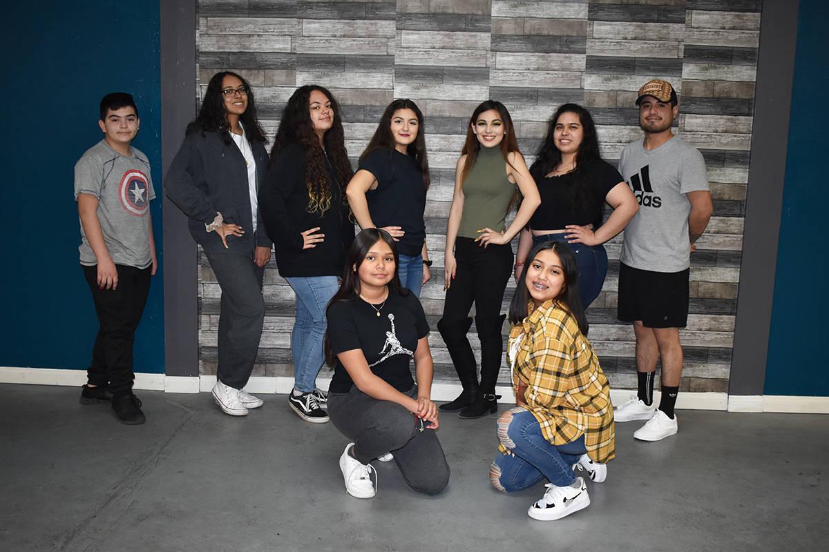Arriba de derecha izquierda: Danny Flores, Iris Vallejo, Savannah Pérez, Breanna González, Vi ...