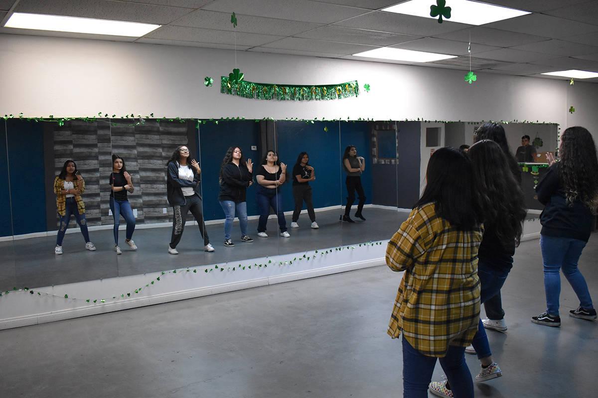 Danny Flores, coordina el grupo ¡LVA1 jóvenes en acción!, con sus actividades de baile, orie ...
