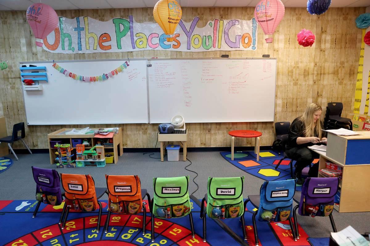 La maestra Adonna Miller prepara el aula de necesidades especiales en la escuela primaria McDon ...