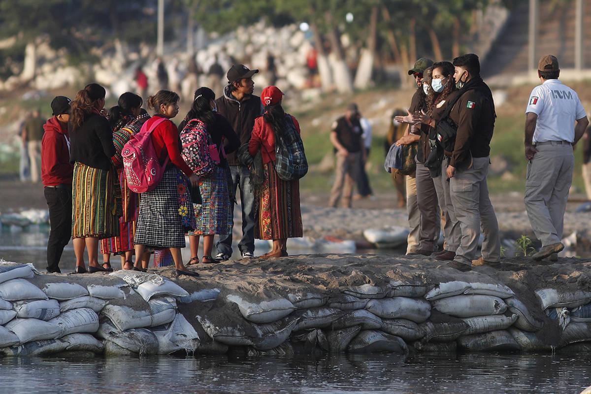 Agentes de inmigración mexicanos revisan las identificaciones de los viajeros guatemaltecos en ...