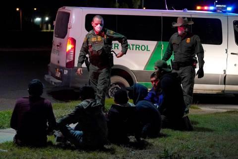 Agentes de Aduanas y Protección Fronteriza de Estados Unidos detienen a personas cerca de la f ...