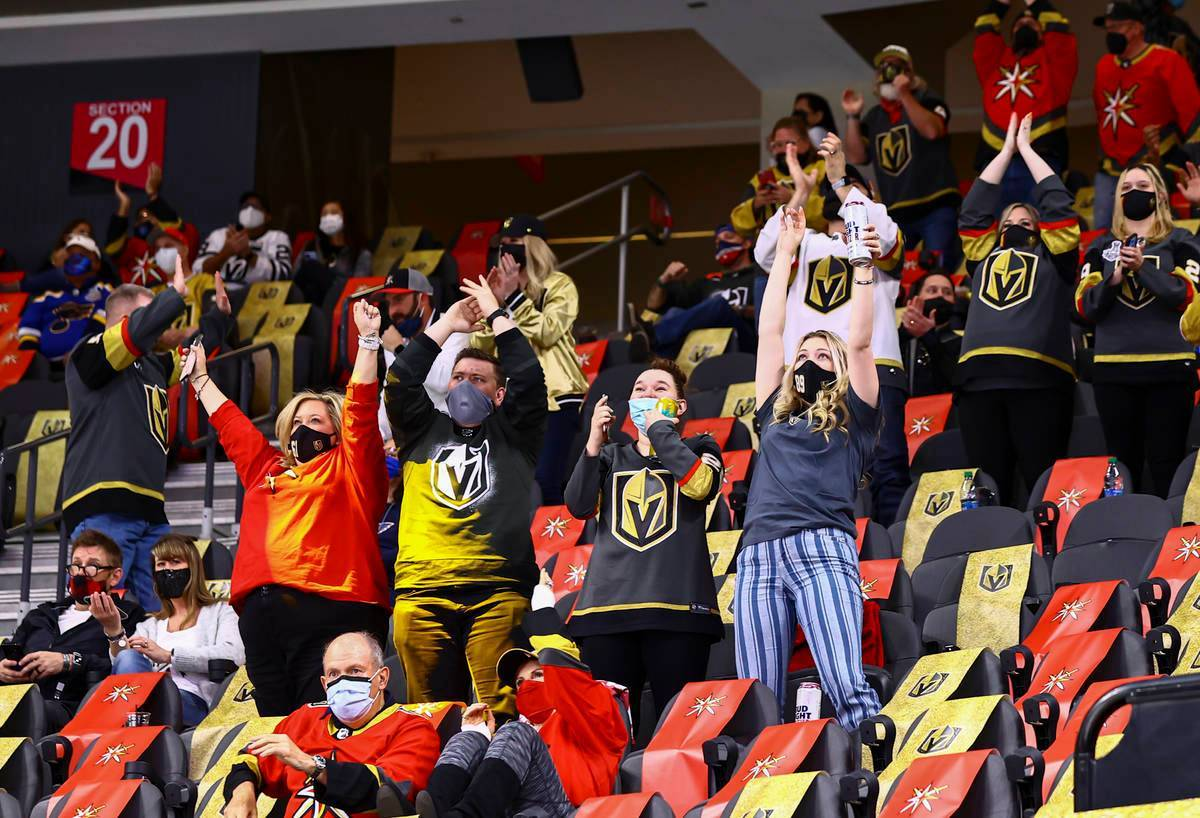 Los aficionados de los Golden Knights celebran después de un gol de Jonathan Marchessault, no ...