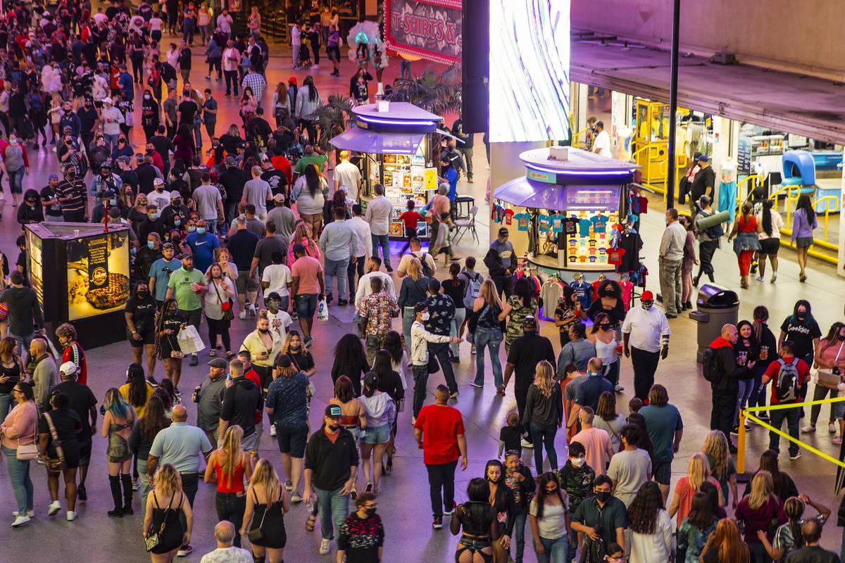 Gente en Fremont Street Experience Las Vegas el viernes, 19 de marzo de 2021. (Erik Verduzco / ...