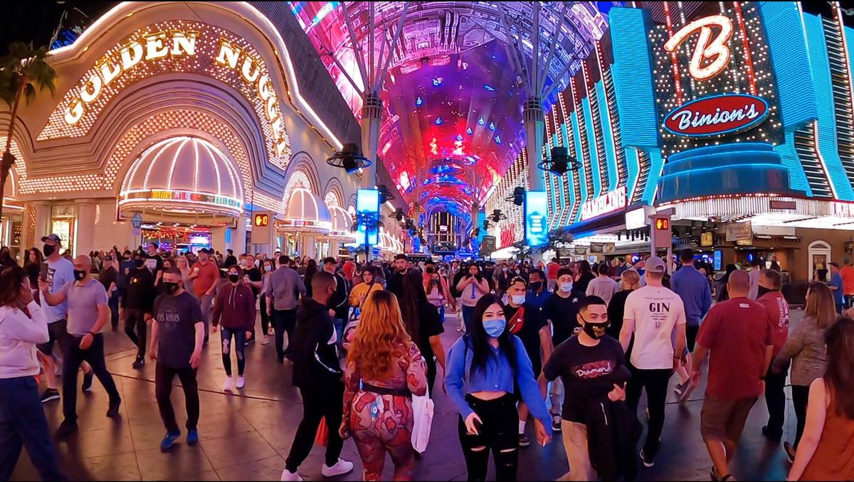Gente en Fremont Street Experience Las Vegas el viernes, 19 de marzo de 2021. (David Guzman/Las ...