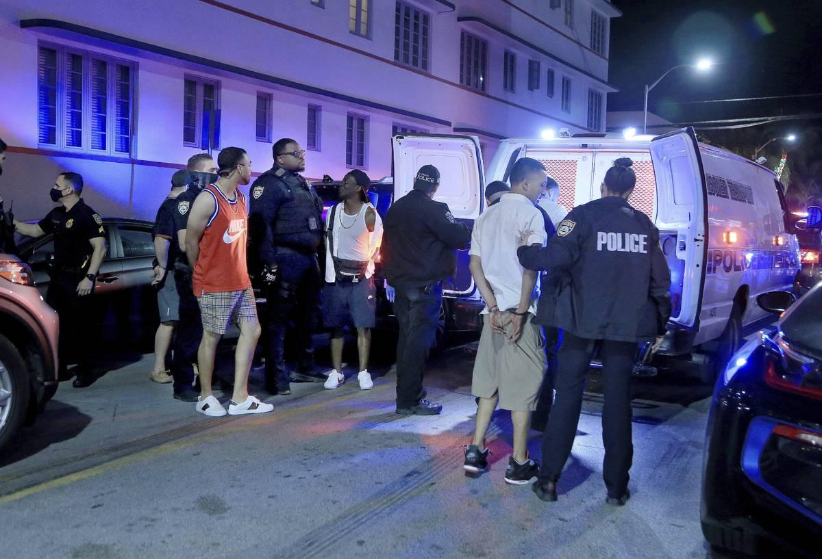 Agentes de la policía de Miami Beach detienen a varios hombres en Ocean Drive y 10th Street mi ...