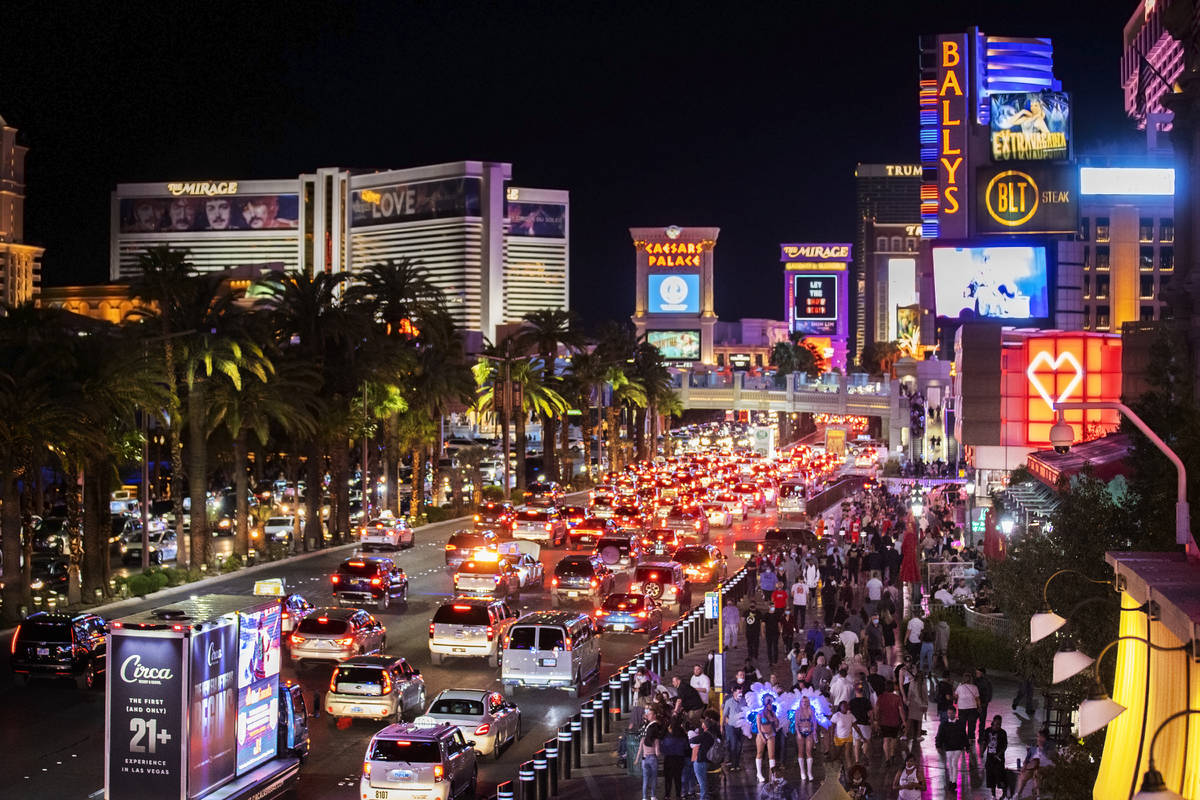 El Strip abarrotado a las afueras de Paris Las Vegas el 19 de marzo en Las Vegas. (Benjamin Hag ...