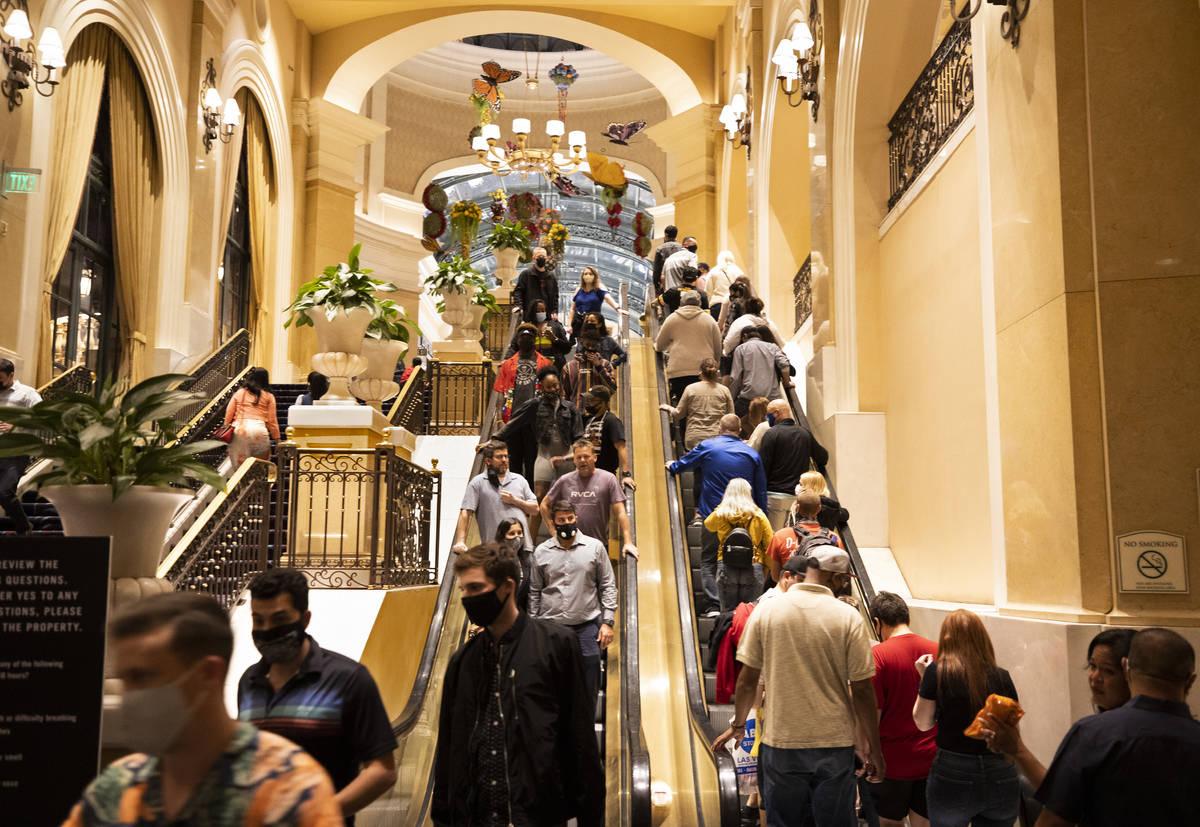 La entrada a Bellagio abarrotada el 19 de marzo, ya que el March Madness, las vacaciones de pri ...