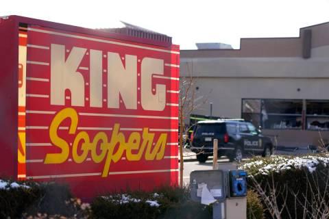 Vehículos de policía en el estacionamiento fuera de un supermercado King Soopers donde tuvo l ...