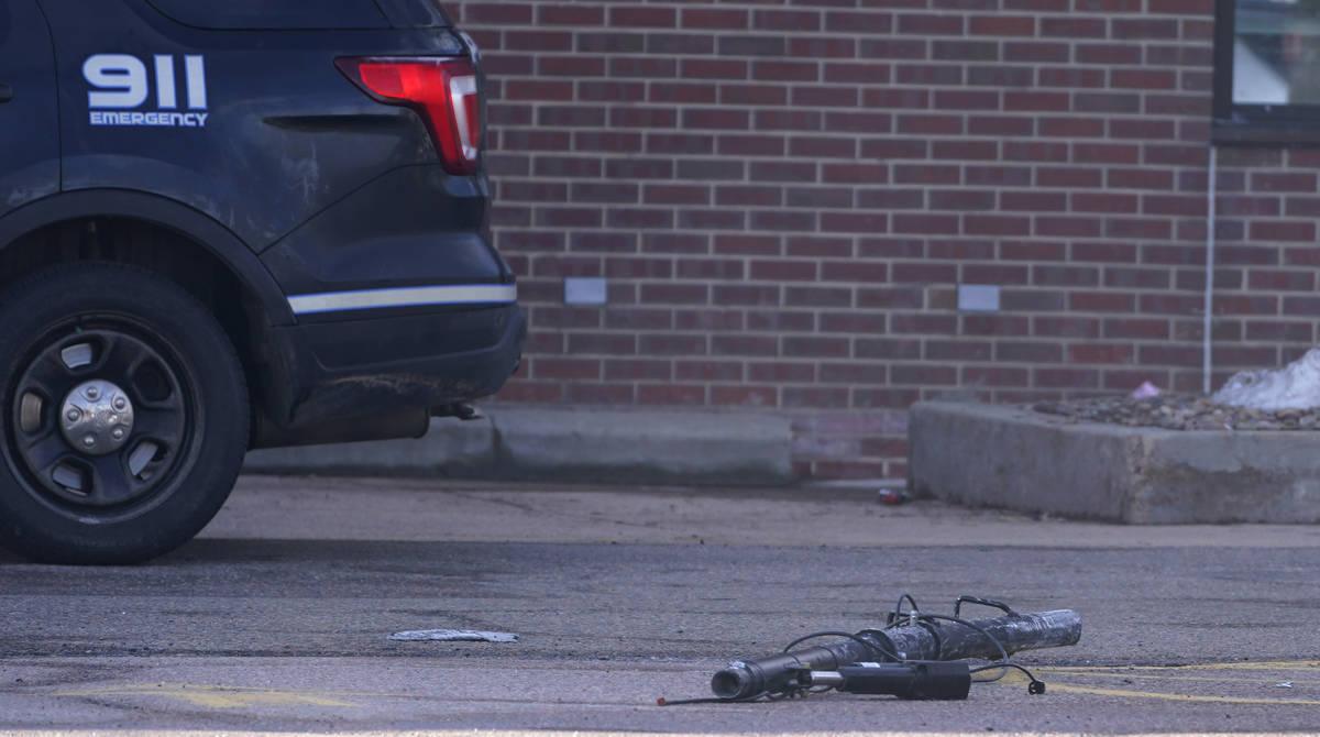Escombros en el estacionamiento fuera de un supermercado King Soopers donde tuvo lugar un tirot ...