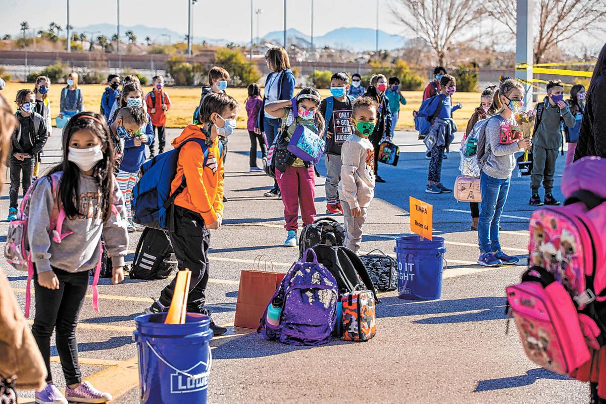 Estudiantes hacen fila en el patio asignado por sus maestros en Goolsby Elementary School mient ...