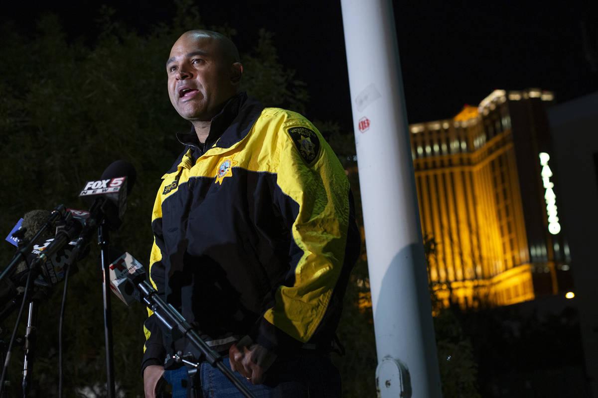 El teniente de homicidios Ray Spencer ofrece una sesión informativa a la prensa sobre un homic ...