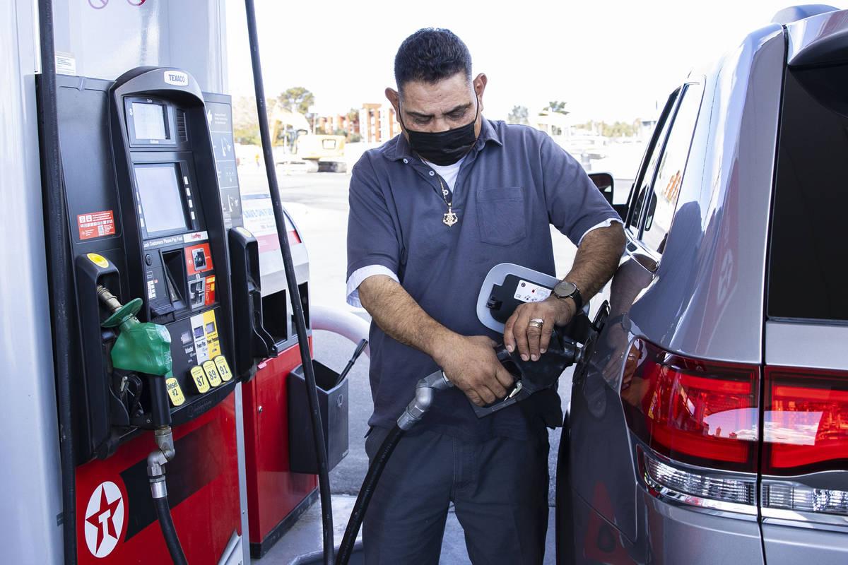 Jack Álvarez carga gasolina en la estación de servicio Texaco, en la avenida Decatur el lunes ...