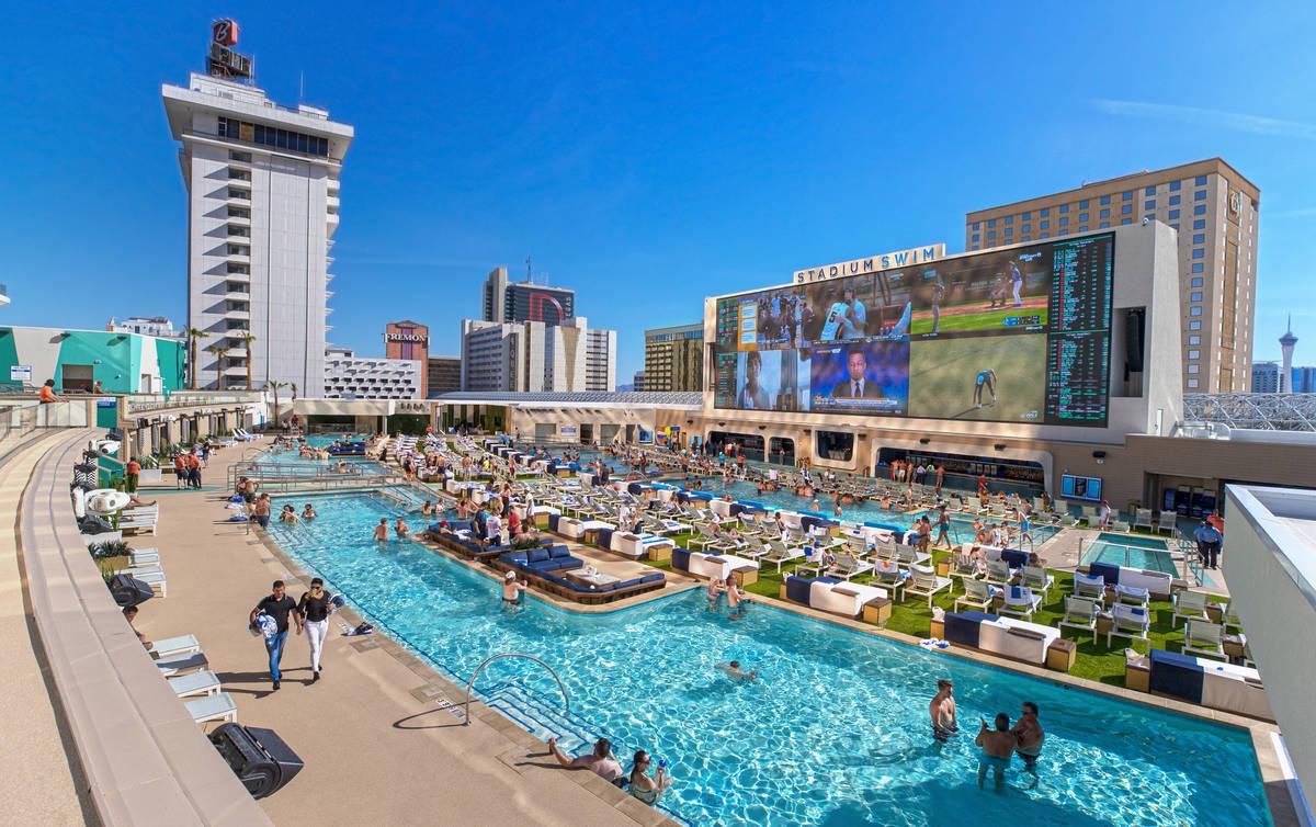 Invitados se relajan en la piscina de Stadium Swim en el centro turístico Circa el viernes, 5 ...