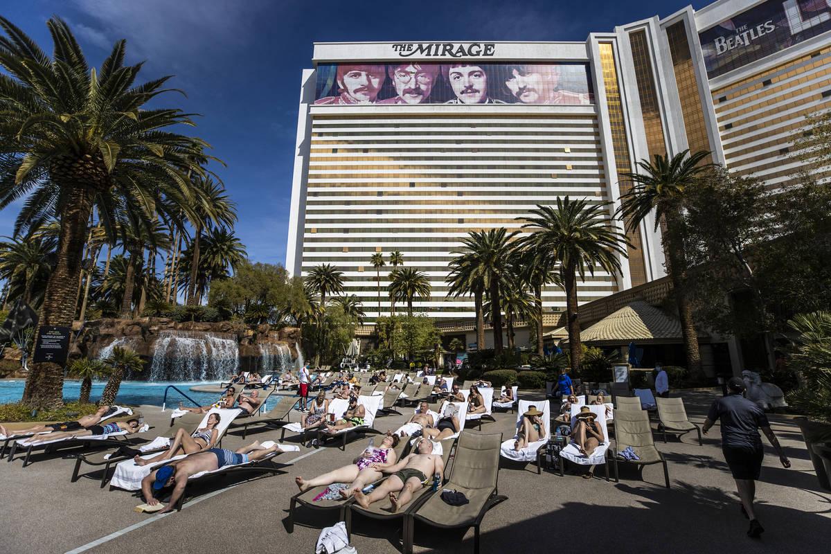 Iinvitados descansan en la piscina de The Mirage el sábado, 6 de marzo de 2021, en Las Vegas. ...