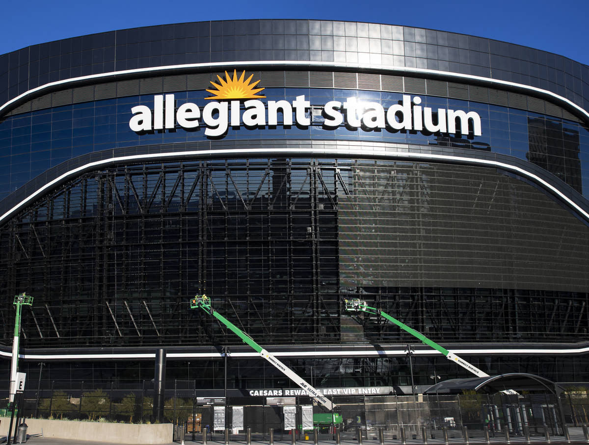 Trabajadores retirando paneles de video en el Estadio Allegiant el miércoles, 24 de marzo de 2 ...
