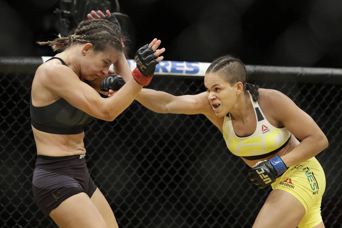 Amanda Nunes, a la derecha, golpea a Miesha Tate durante su combate por el campeonato femenino ...