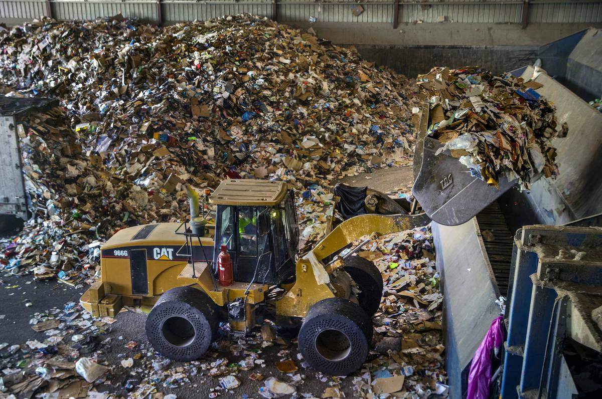 Se pueden procesar casi dos millones de libras de material, empezando por la carga en estos con ...