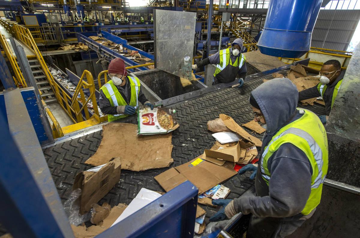Trabajadores clasifican cartón y otras fibras en el centro de reciclaje Republic Services el 1 ...