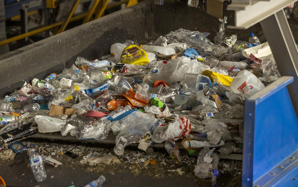 El material reciclable se mueve a lo largo de una cinta transportadora para ser clasificado en ...