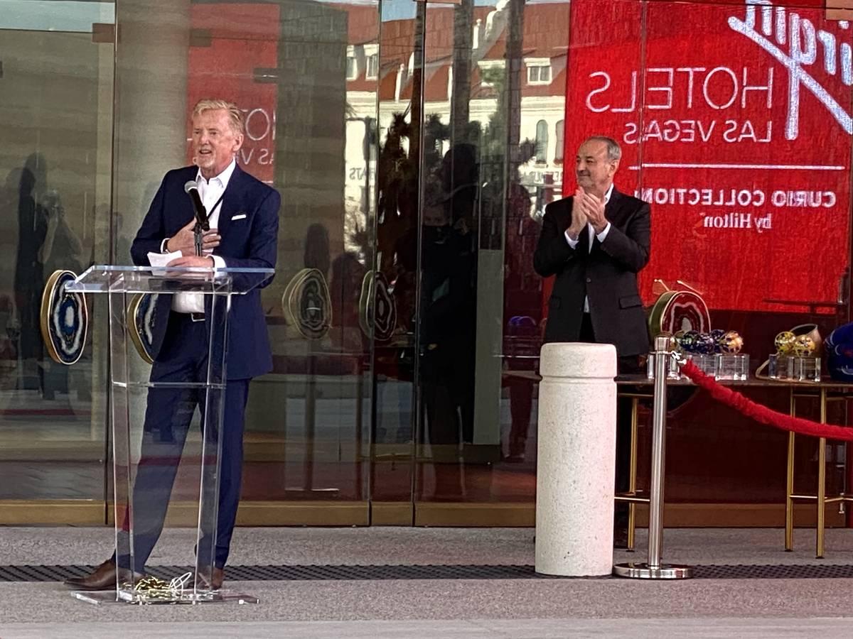 El director general de Virgin Hotels, James Bermingham, da la bienvenida a los huéspedes de Vi ...