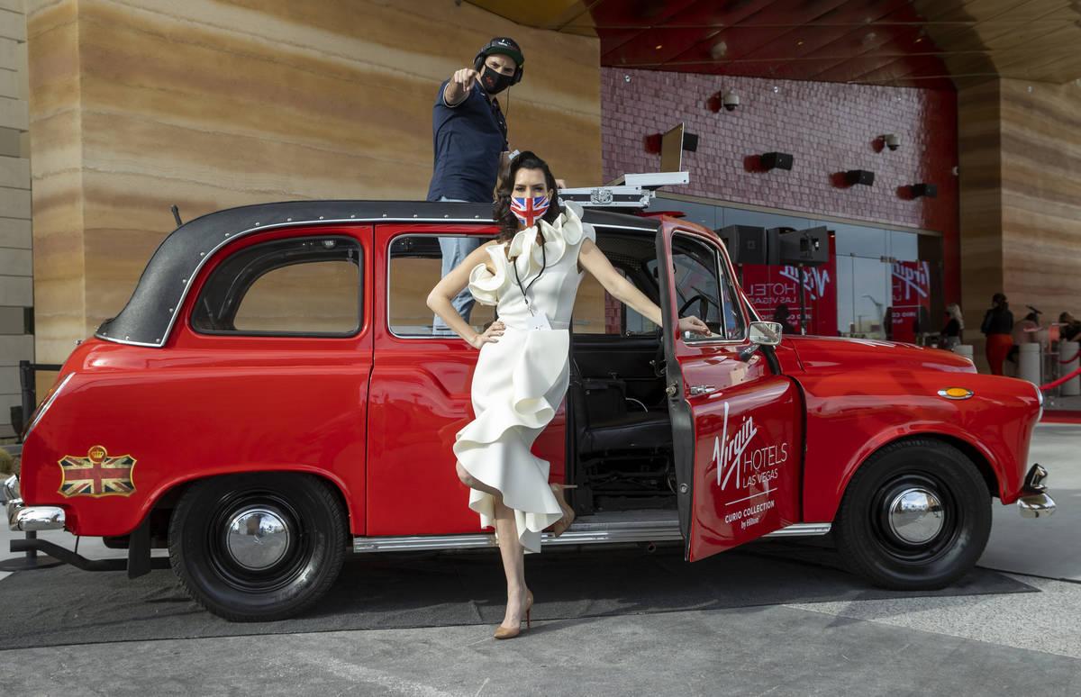 Alison Ward y Dan Burke de The British Taxi saludan a los asistentes durante la inauguración d ...