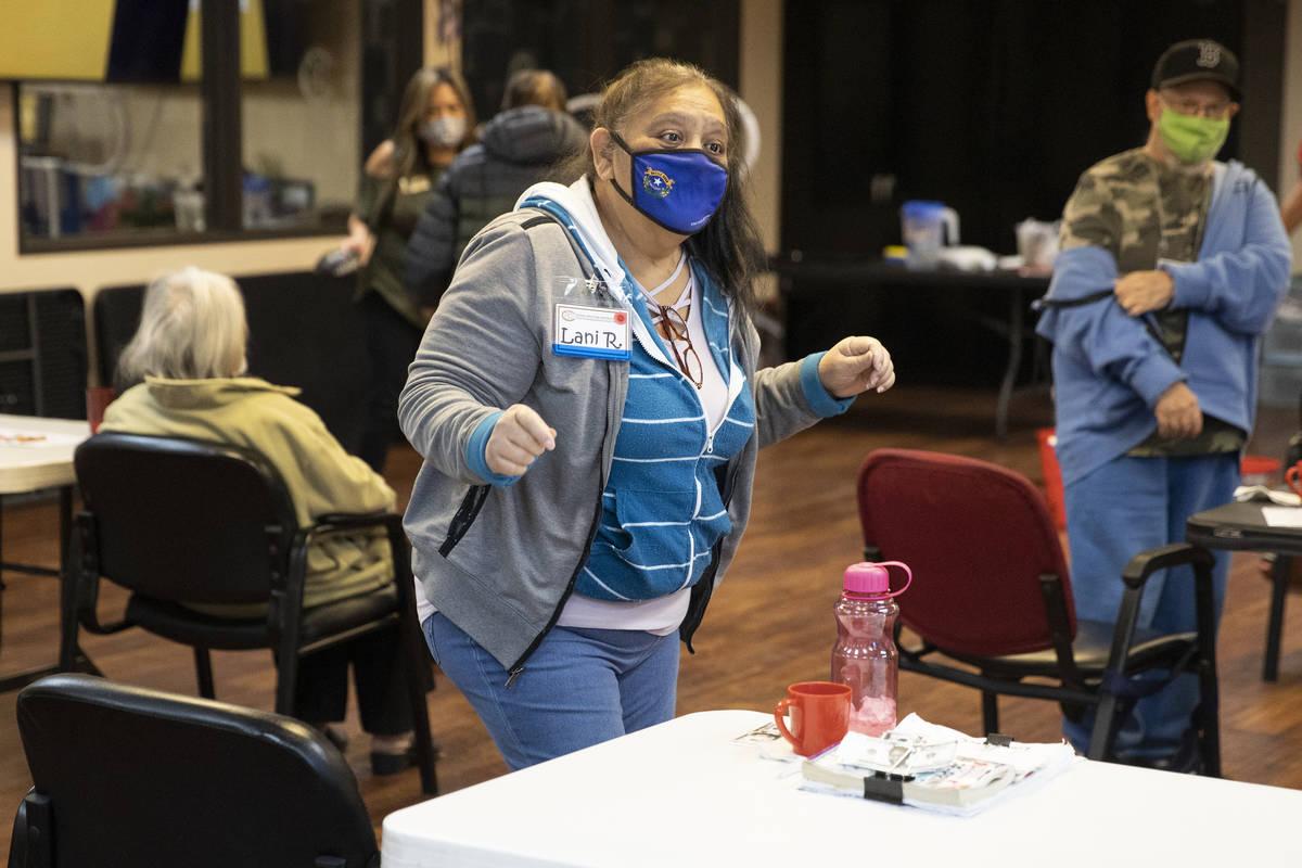 Lani Reardon, de 61 años, baila al ritmo de la música durante una actividad física en Nevada ...