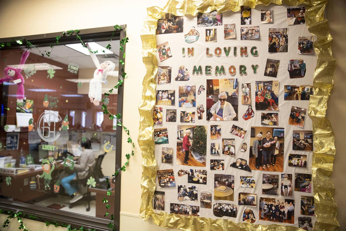 Fotos en una pared recuerdan a antiguos miembros del Nevada Adult Daycare Health Center en Las ...