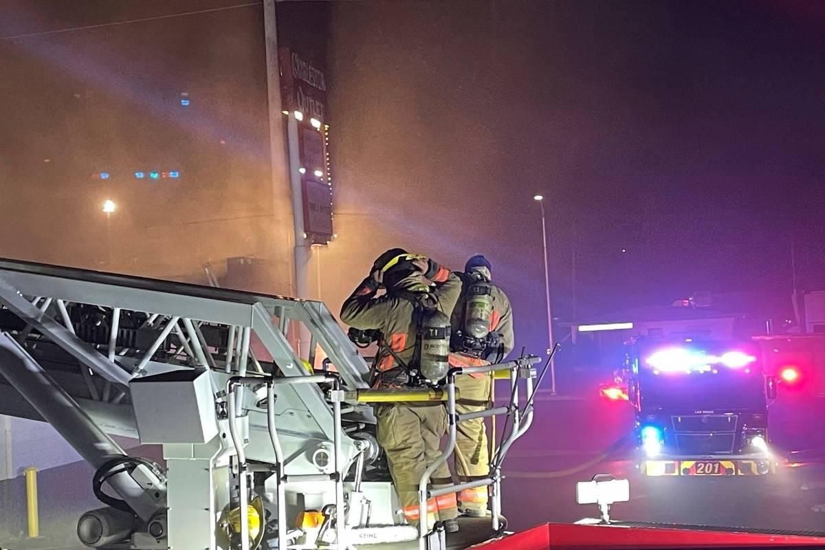Bomberos de Las Vegas luchan contra un incendio en la tienda de segunda mano Charleston Outlet ...