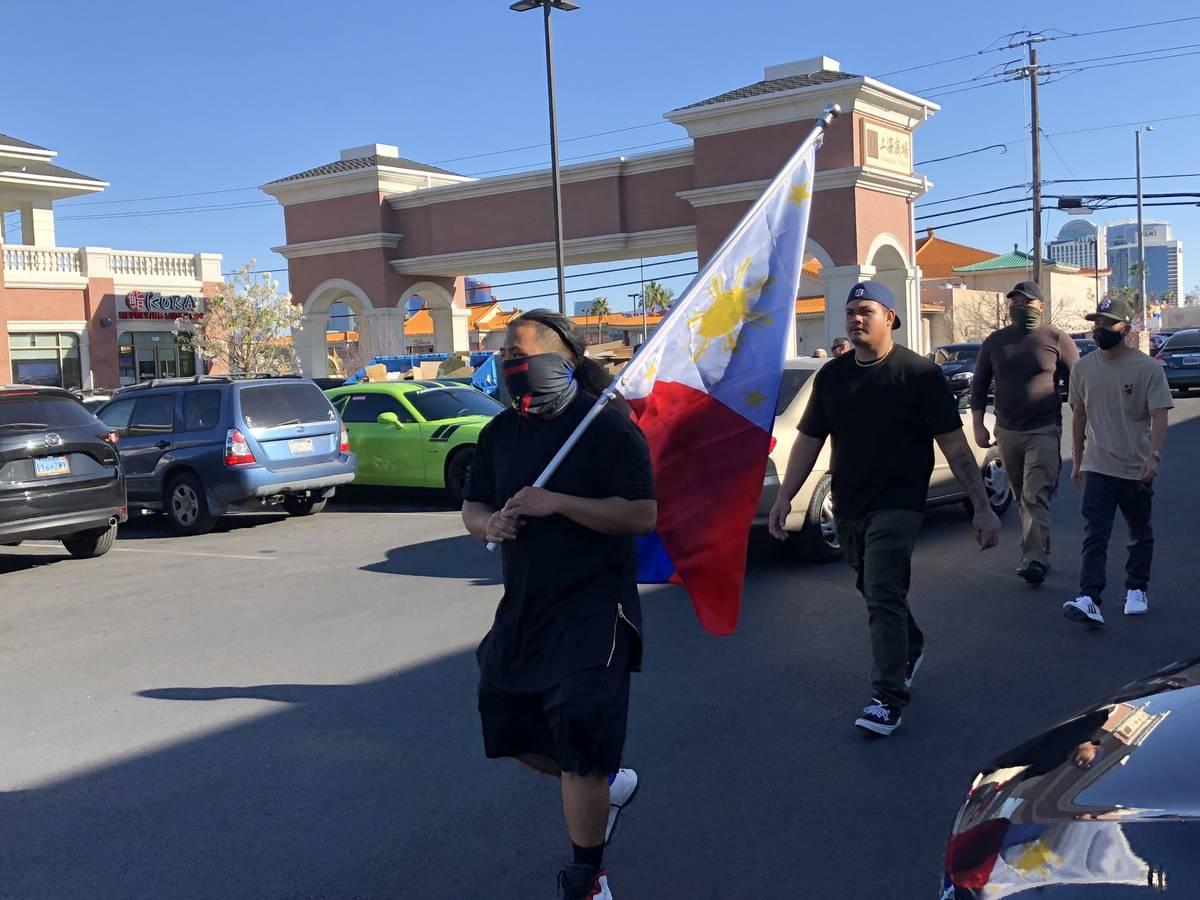 """Lo, que ayudó a organizar el desfile de coches """"Las Vegas Cruise for Asian Hate Awareness"""" y s ..."""