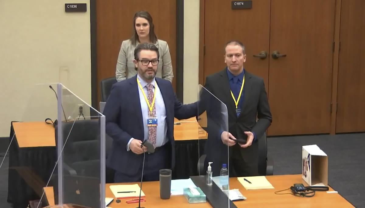 En esta imagen tomada de un video, el abogado defensor Eric Nelson, a la izquierda, el acusado ...