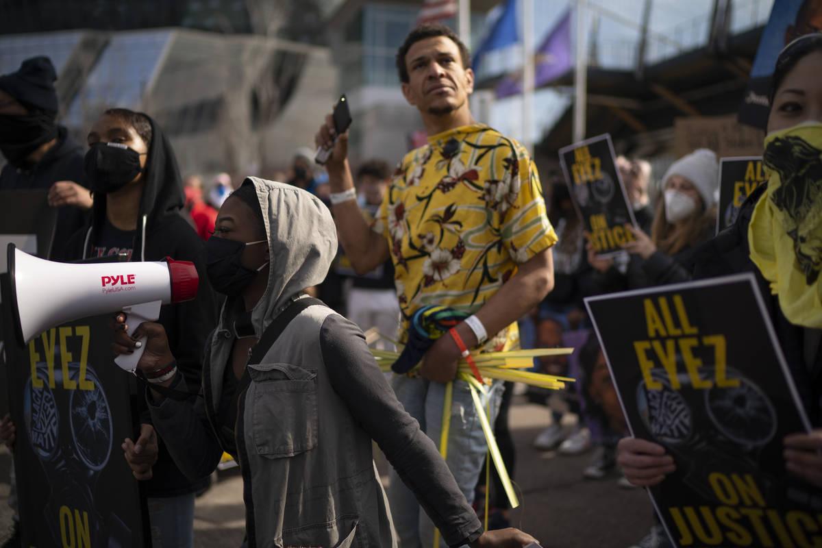 Manifestantes corean a las afueras del US Bank Stadium en Minneapolis el domingo, 28 de marzo d ...
