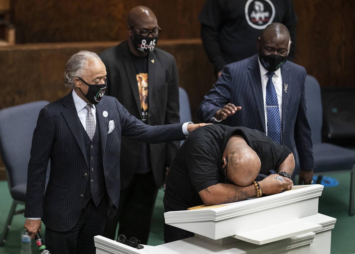Terrence Floyd, hermano de George Floyd, habla durante una sesión de oración en Friendship Mi ...