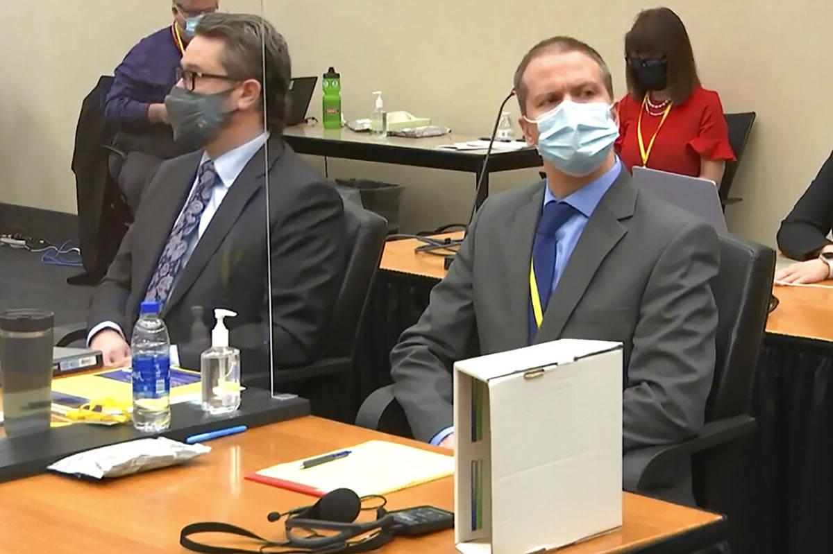 En esta imagen de video, el abogado defensor Eric Nelson, a la izquierda, y el ex oficial de po ...