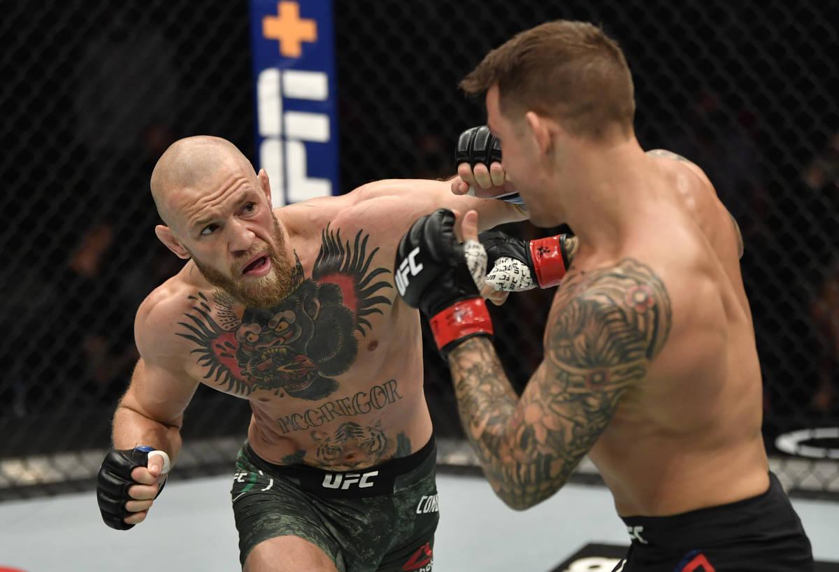 El irlandés Conor McGregor golpea a Dustin Poirier en una pelea de peso ligero durante el even ...