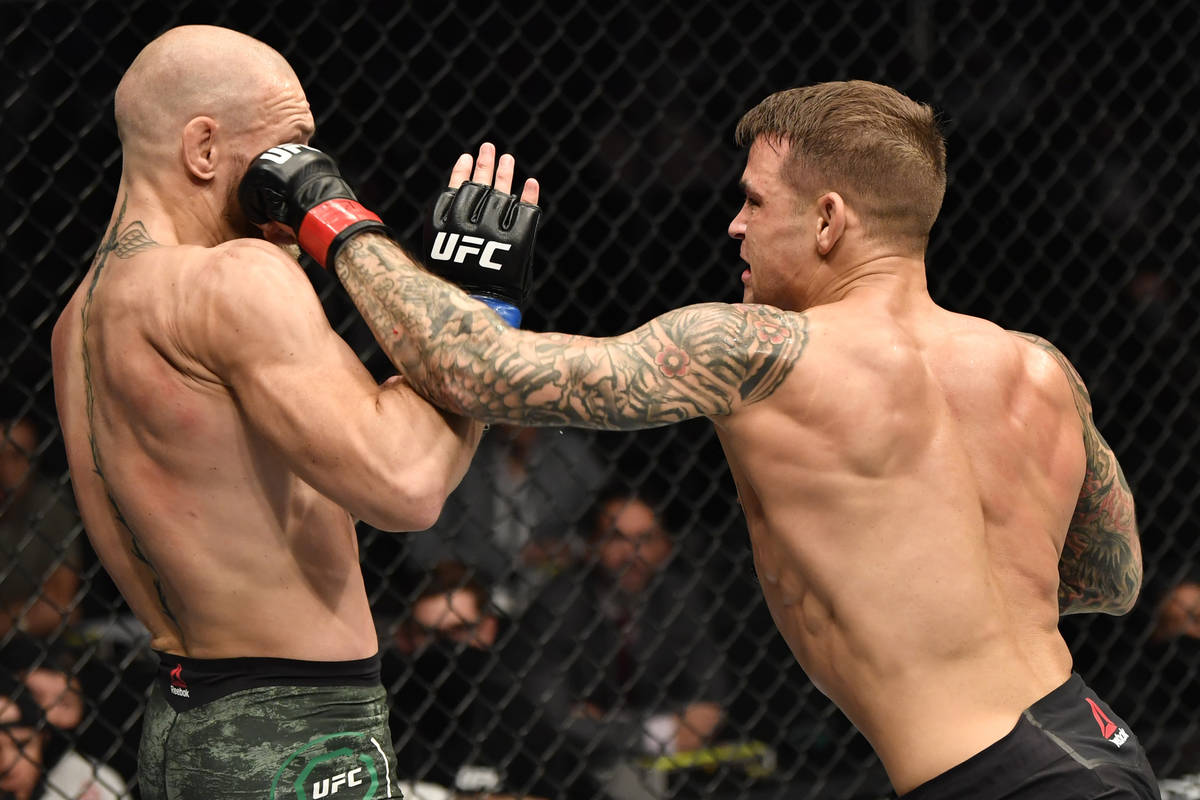 Dustin Poirier golpea al irlandés Conor McGregor en una pelea de peso ligero durante el evento ...