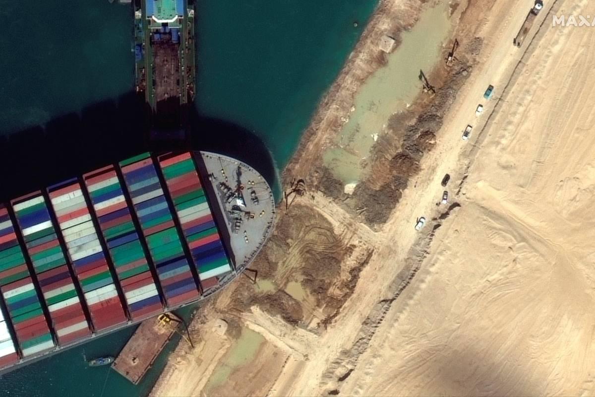 Esta imagen de satélite de Maxar Technologies muestra el MV Ever Given atascado en el Canal de ...
