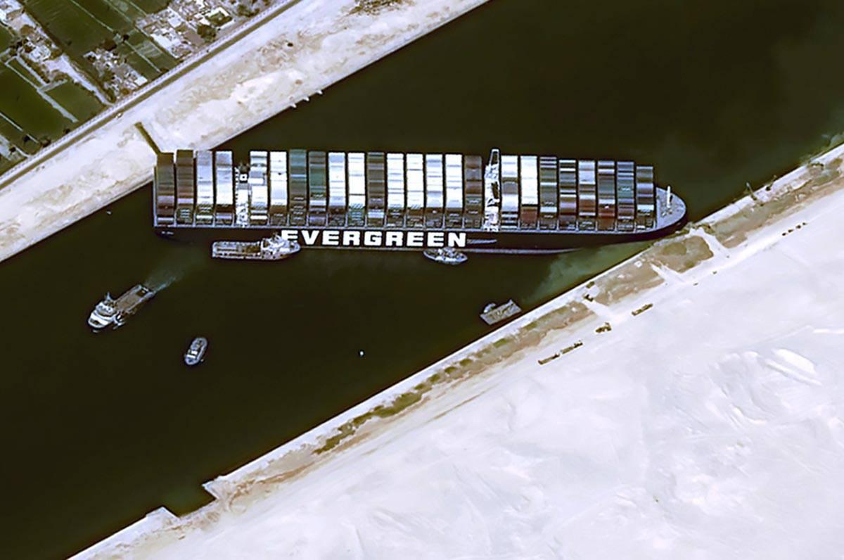 Esta imagen de satélite de Cnes2021 muestra el MV Ever Given atascado en el Canal de Suez, Egi ...