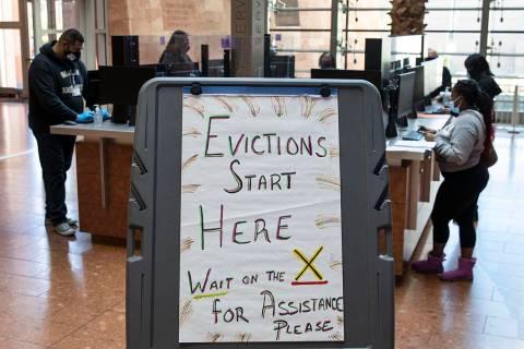 Inquilinos que recibieron un aviso de desalojo de su propietario, llenan formularios en el Civi ...