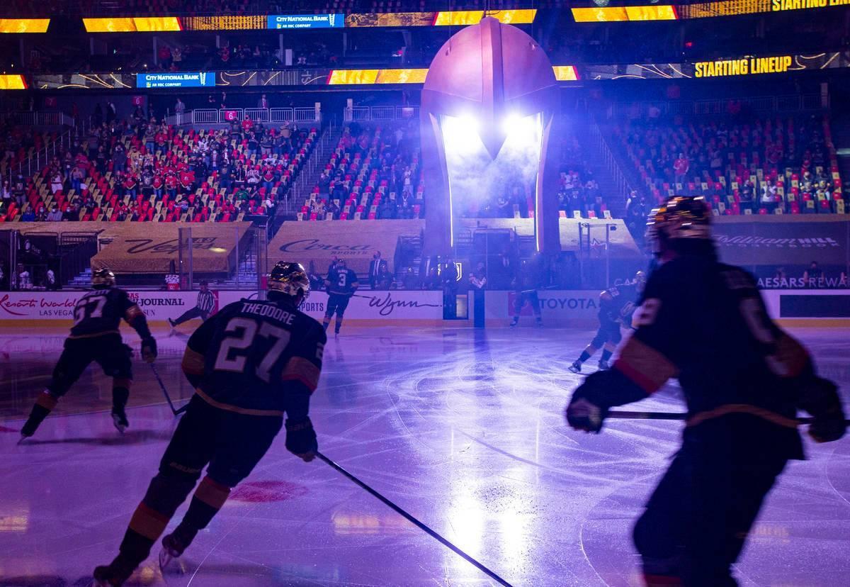 Los Golden Knights calientan antes de jugar contra Los Ángeles Kings en un juego de hockey de ...