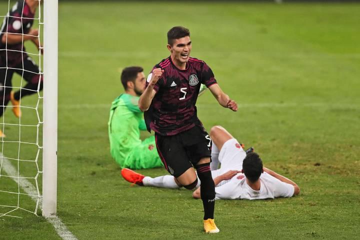 El mexicano Johan Vasquez celebra al anotar el segundo gol de su equipo contra Canadá durante ...