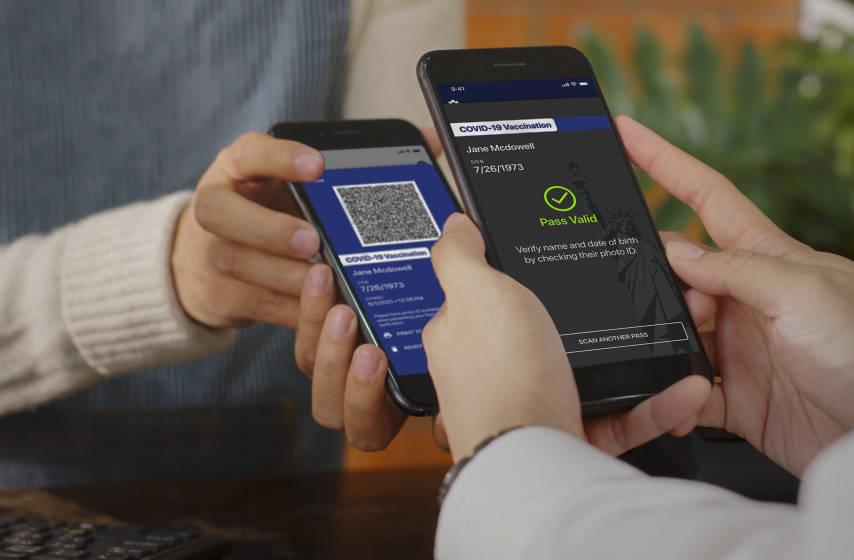 """Esta foto sin fecha muestra la nueva aplicación """"Excelsior Pass"""", un pase digital que los ciud ..."""