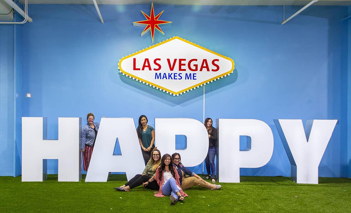 En esta foto de archivo, un grupo de amigos posan sobre los letreros en el Happy Room en el nue ...