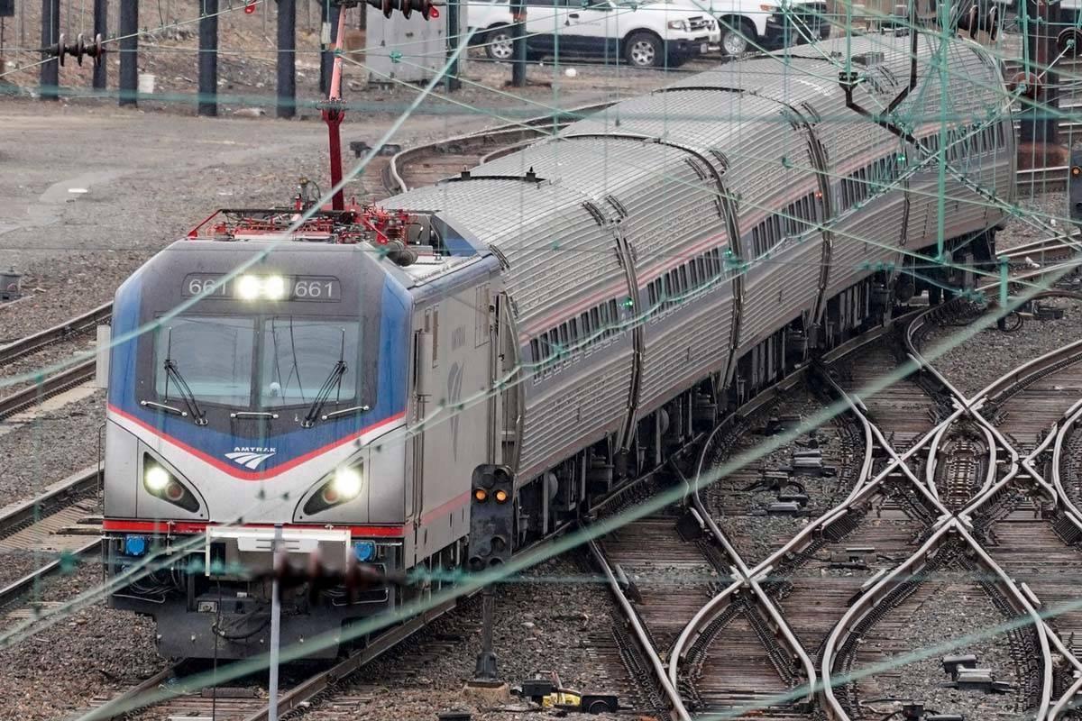 Un tren de Amtrak sale de la estación de 30th Street en Filadelfia, el miércoles 31 de marzo ...