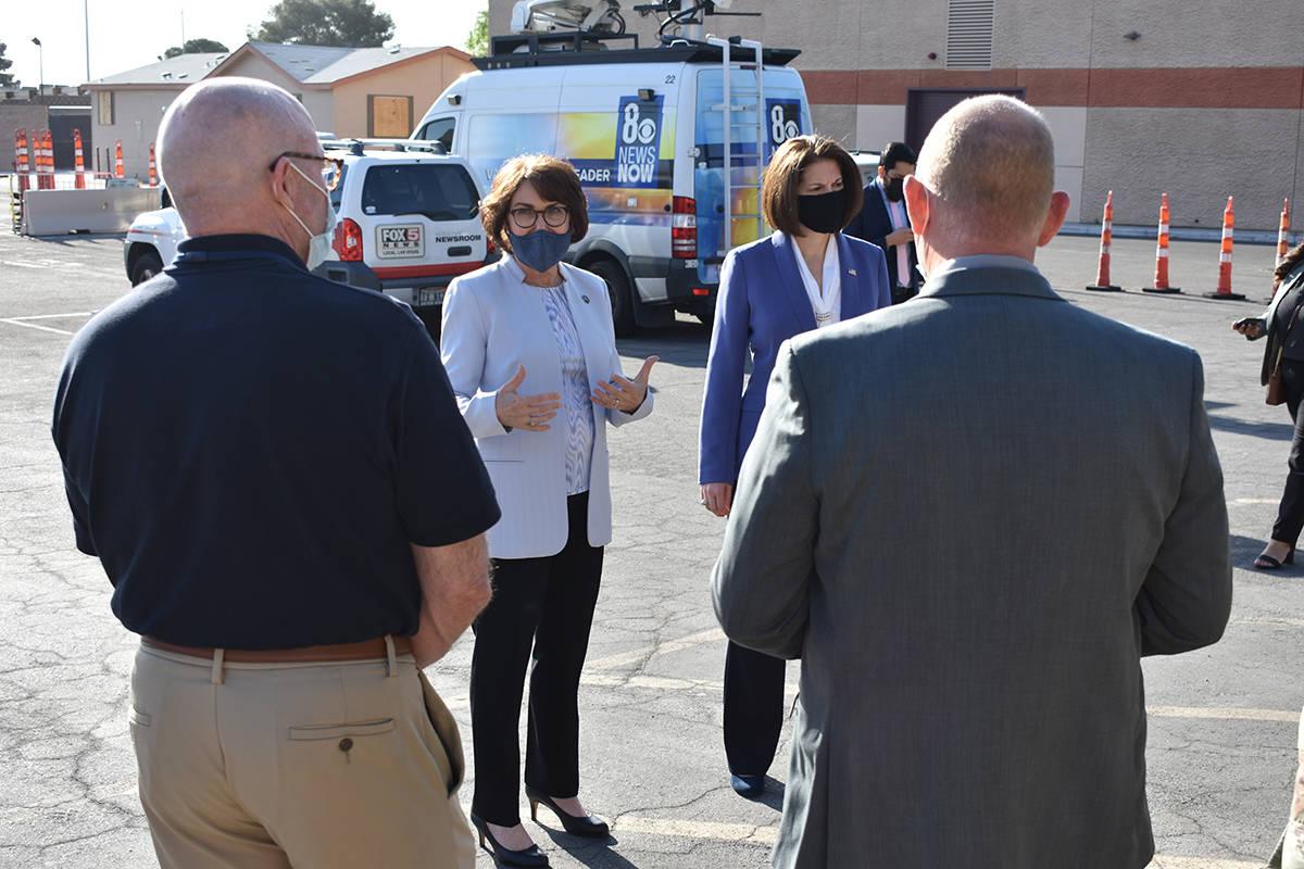 La senadoras Jacky Rosen y Catherine Cortez Masto visitaron el centro de vacunación del SNHD p ...