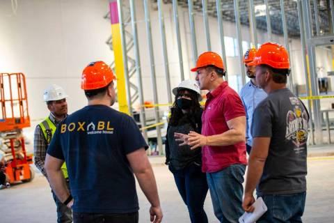Paolo Tiramani, fundador y CEO de Boxabl, cuarto desde la izquierda, habla con los miembros del ...